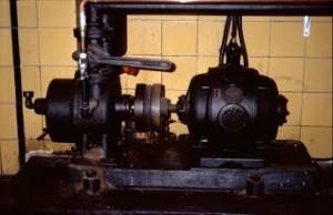 Deze vacuumpomp zuigt eerst de lucht uit de aanvoerbuizen en uit de slakkenhuis- of centrifugaalpomp. Pas als de gehele installatie gevuld is met water gaan de groter motoren draaien.